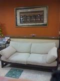 ロビーのソファーと絵