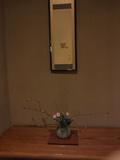 掛け軸と花