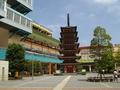 ホテルのすぐ近くの駅前広場の七重塔
