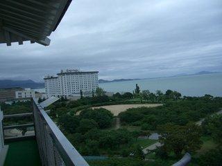 長浜城から長浜ロイヤルホテルを望む