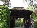 庭園側には立派な門があります