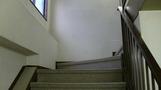 手すりのある階段。
