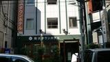街中にある小さなホテル。
