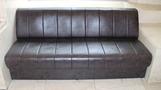 長いソファー。