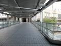 エントランスまでの歩道橋。