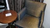 部屋の椅子。