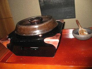 釜で炊いた鯛めし。
