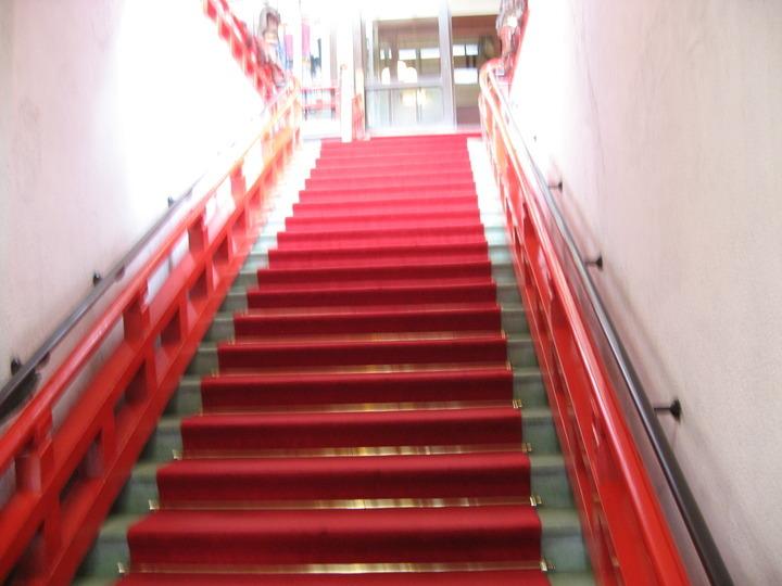 ロビーへ続く階段。