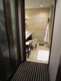廊下側から洗面所を眺める