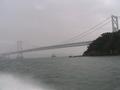 船上から橋を眺める