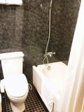 バスルームはそれほど広くない。