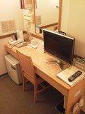 デスクは広めだが、いろいろ載っていて使えるスペースは少し。
