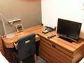 スペースをうまく使った広いテーブルとクローゼット。