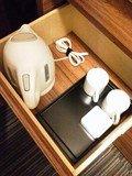 デスク下の引き出しの中に、湯沸かしポットとマグカップがあります。