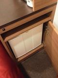 ベッドサイドに冷蔵庫が設置。