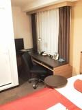 ベッド左側にユニットバスと、テーブルスペース。