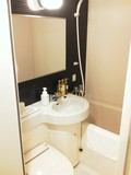 バスルームはユニットタイプ。黒い壁が印象的。