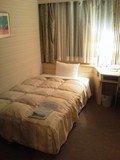 ベッドは程よい広さ、部屋自体はやや古さを感じる。