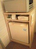 冷蔵庫の上のスペースにお茶セットなどあり。
