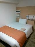 ベッドはダブルサイズ。