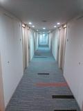 明るい色調の廊下。