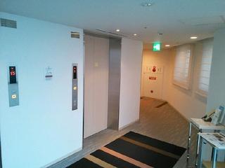 明るいエレベーターホール。
