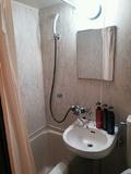 バスルームは狭め。