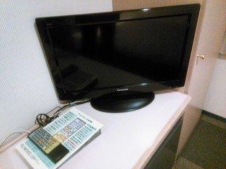 液晶タイプのテレビは十分な大きさ。