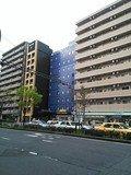 鮮やかなブルーの建物です。