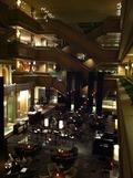 ロビーラウンジの天井が高くて開放的な空間です。