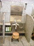 仕切りのある洗い場