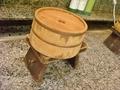 レトロな木の桶と椅子