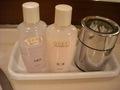 化粧水と乳液と綿棒