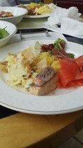 スモークサーモン、鯛のお料理やポテトのサラダが美味しかった