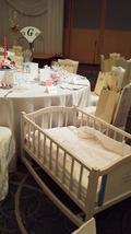 関西エアポートワシントンホテル内の結婚式の披露宴会場のテーブルのベビーベッド