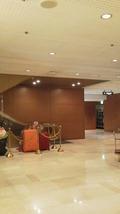 ホテル日航大阪二階のフロント横のエスカレーター