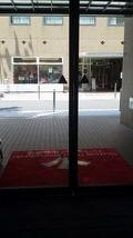 正面の入り口内側からの写真
