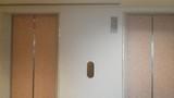 奥のエレベーター