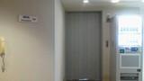 この左側に普通のエレベータがあります