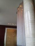 吹き抜け階段のシャンデリアの飾り