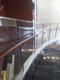 各階の階段ごとにソファーが