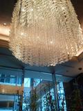 ホテル1階のエレベーター前のシャンデリア