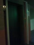 廊下中央のエレベーター