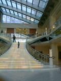 エントランスホールから四階につながる階段