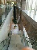 一階までの長いエスカレーター