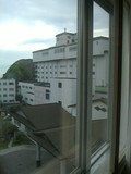 窓から見える本館