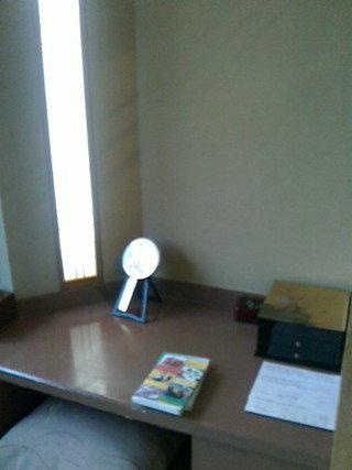窓横の机に本が二冊