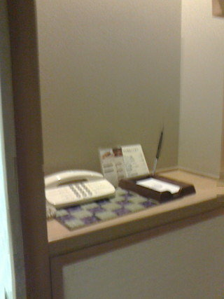 入り口横の電話とメモ