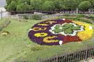 隣には花時計のある公園があります