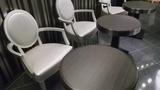 ロビースペースの椅子と机